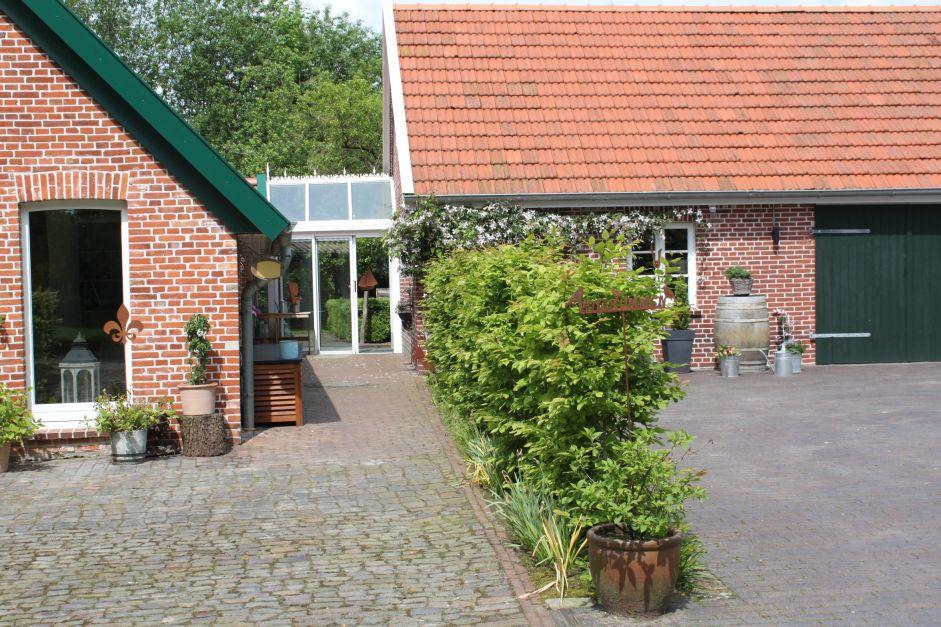 Ferienwohnungen im Landhaus Sommerfrische in Westerstede Einfahrt mit Hecke